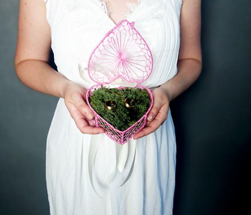 Różowe pudełeczko na obrączki z mchem