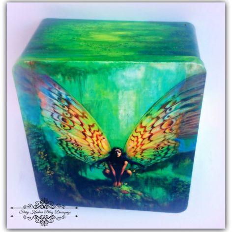 Elf w tropikalnym lesie - metalowe pudełko - decoupage.