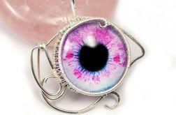 Oko, Srebrny wisior z różowym okiem