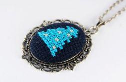 Wisiorek niebieska choinka haft krzyżykowy