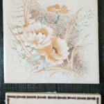Stara deska i ceramika - ozdobna zawieszka - jedn z kwiatów
