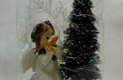 Aniołek przy świecącej choince