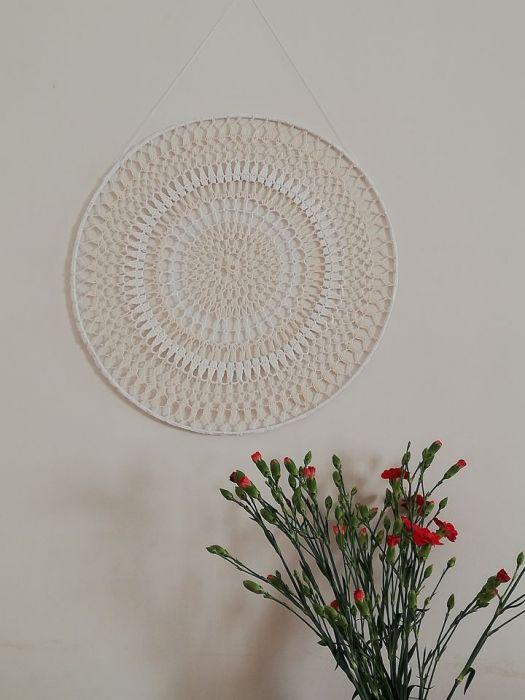 Biało beżowa ścienno okienna mandala -