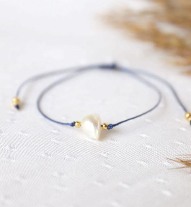 Bransoletka z perłą na niebieskim sznureczku - sznureczek na rękę z perłą choowlaną