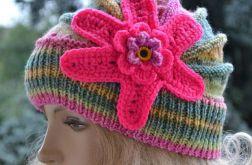 Kolorowa czapka z dużym różowym kwiatem