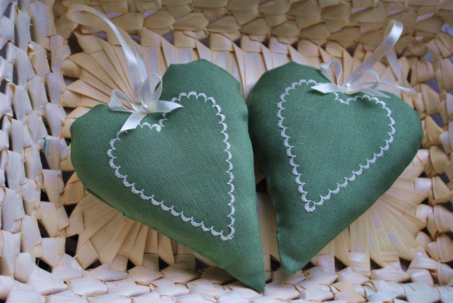 Zielone seduszko z kremowym haftem