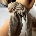 Beżowa frotka do włosów z wstęgą - Sprawdza się też jako efektowna bransoletka