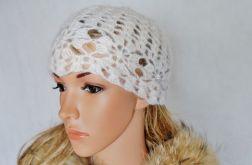 Biała szydełkowa czapka