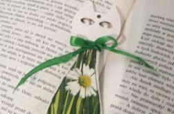 Drewniana zakładka do książki - kot w zielonej trawie