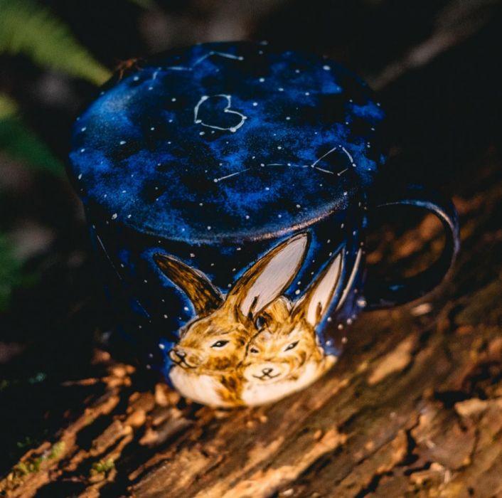 Kubek malowany - Zakochane zające z pokrywką