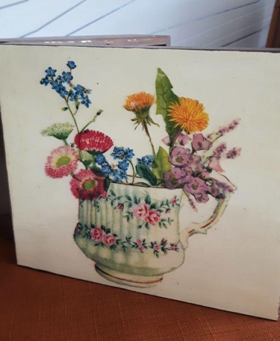 Serwetki i pudełko do herbaty polne kwiaty - Drewniane zapinane pudełko do herbaty, ręcznie zdobione metodą serwetkową decoupage. Na tle, (jasne ecru)  filiżanka stara porcelana a w niej bukiecik polnych kwiatków.