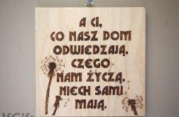 drewniana tabliczka z dmuchawcami