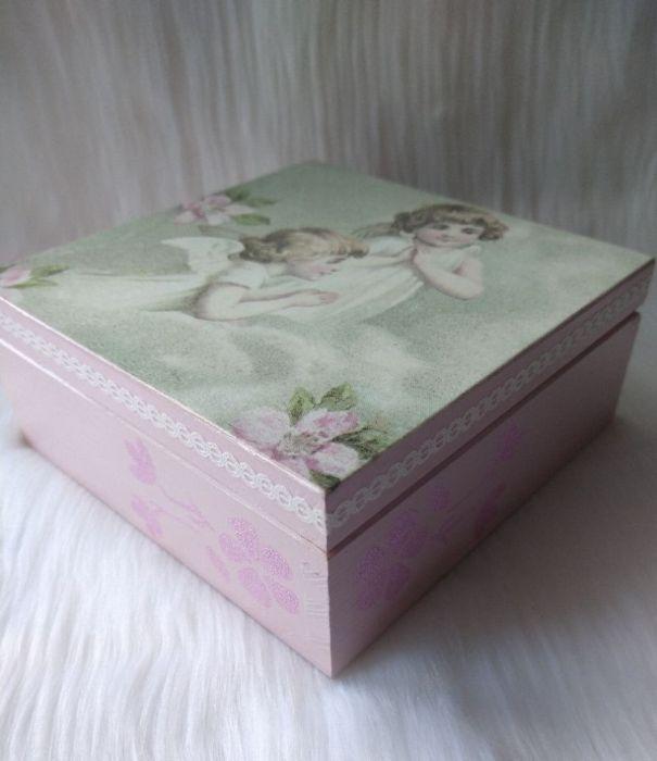 szkatułka-pamiątka I Komunii Św. z aniołkami - z boku