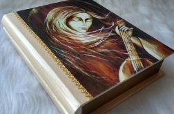 szkatułka-księga z aniołem z mandoliną