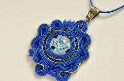 Wisiorek niebiesko-srebrny z kwiatem