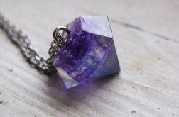 Naszyjnik z fioletowo-niebieskim diamentem