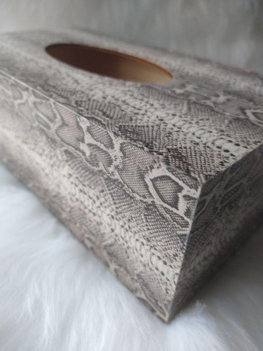 chustecznik z wężową skórą - widok z boku