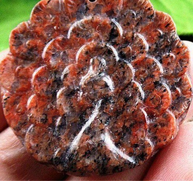 Wisiorek z pawiem, rzeźbiony jaspis breksjowy -