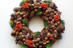 Wianek jesienny na drzwi z szyszek i orzechów