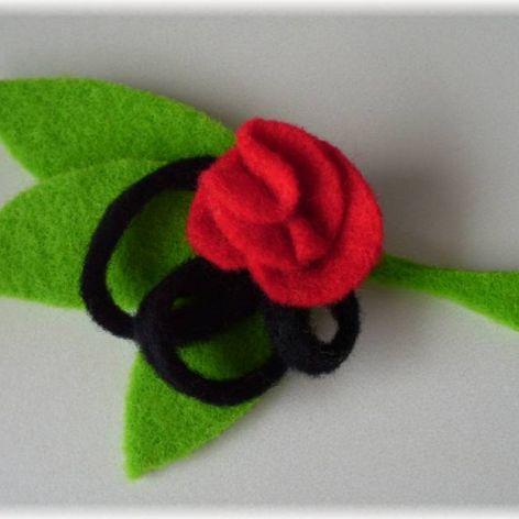 Elegancka broszka z różą na listku