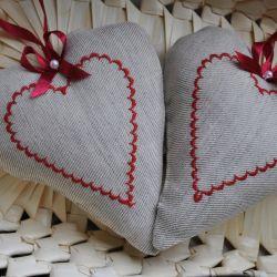Szare seduszko z czerwonym haftem