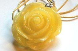 Żółta róża, piękny wisiorek na rzemyku