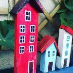 Wieszak- kolorowe, drewniane domki - zbliżenie