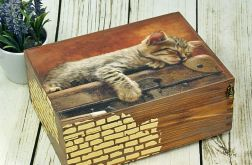 drewniane pudełko- śpiący kociak