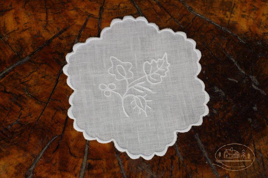 Białe serwetki z haftem szamotulskim