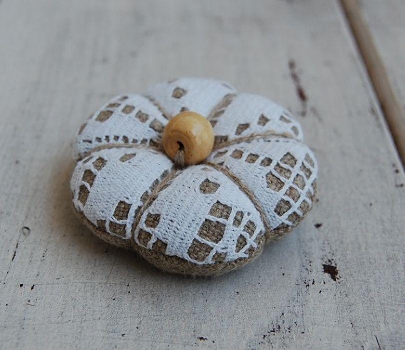 Lniana z koronką - rustykalna broszka