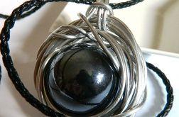 Wielka, czarna kula, porcelana w drucie, meta