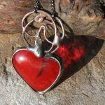 Zalążek uczucia - czerwone serce na szyję