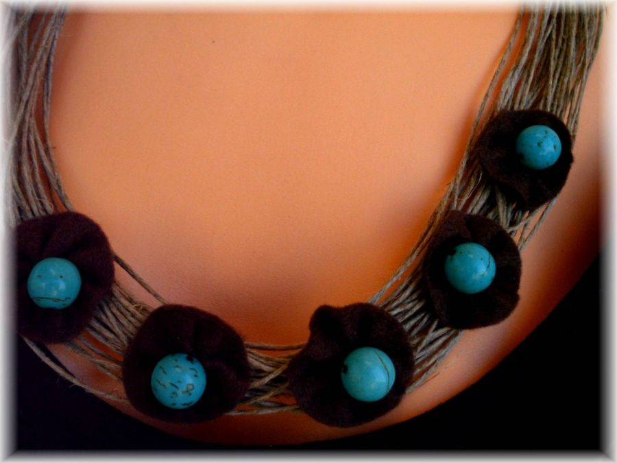 Naszyjnik Kwiaty na lnie z howlitami