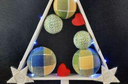 Mała drewniana choinka z sercami LED