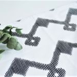 Serweta czarno biała - Zygzak 50 x 50 cm - zbliżenie na wzór tkaniny