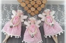 Aniołek w różowej sukience w białe serduszka