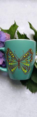 Ręcznie zdobiony kubek z motywem motyla zielony