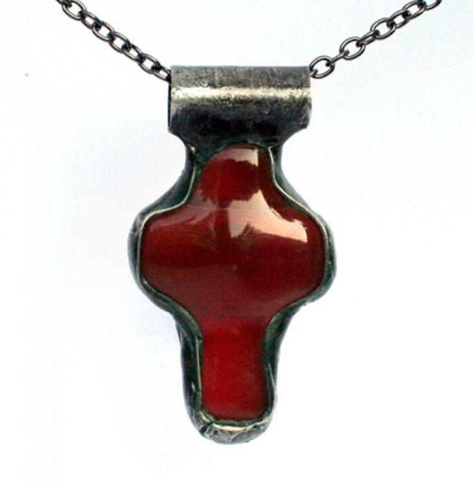 Krzyż w purpurze - wisior z krzyżykiem