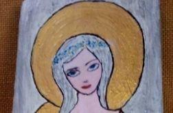 Biały anioł z wiankiem na głowie na desce malowany