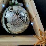 Mała drewniana choinka z malowaną bombką LED