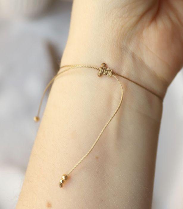 Delikatna bransoletka w odcieniach nude - Bransoletka na nadgarstek