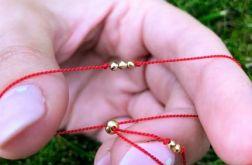 Czerwona bransoletka na szczęście.