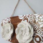 Ceramiczne kwiaty na deseczce - jedna ze stron poczatkowych ,