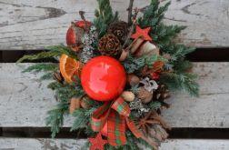 stroik z czerwoną okrągłą świecą naturalny