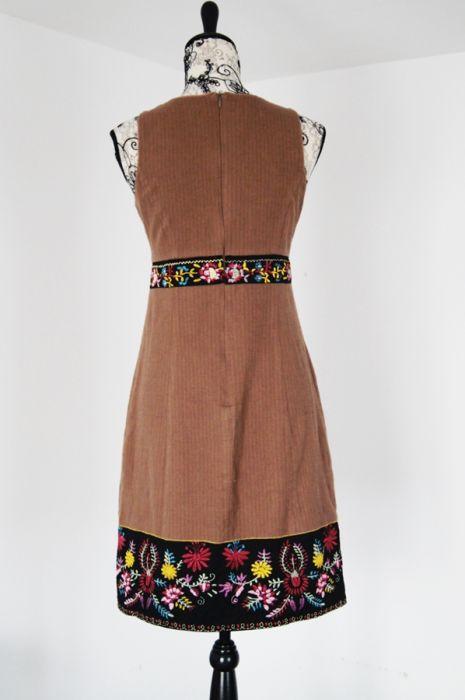 Sukienka bez rękawów, klasyczna, haft