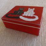 Pudełko malowane duże - Koty w czerwieni - koty czarny i biały w czerwieni