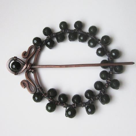 Brosza z ciemnozielonymi jadeitami