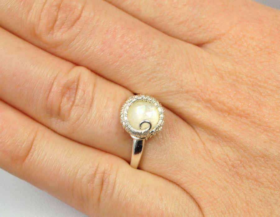 Srebrny pierścionek z kamieniem księżycowym, - Kamień księżycowy, Srebrny pierścionek z kamieniem księżycowym, ręcznie wykonany, prezent dla niej, prezent dla mamy, prezent urodzinowy