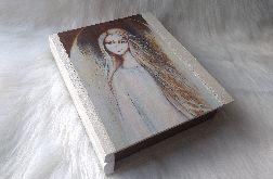 szkatułka-księga ze świetlistym aniołem w poświacie
