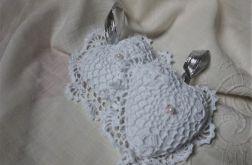Serduszko szydełkowane w kolorze białym